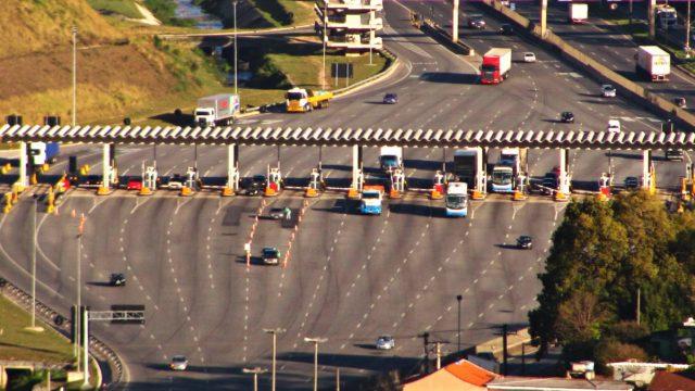Setor de transporte de cargas pede suspensão de pedágios para caminhoneiros.